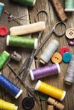 Carretes y botones de costura, tijeras y agujas Imágenes de archivo libres de regalías
