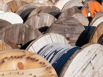 Carretes y cables de madera Imagenes de archivo