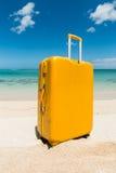 Carretilla amarilla de la playa Fotos de archivo libres de regalías