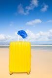 Carretilla amarilla en la playa Imagen de archivo
