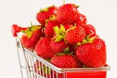 Carretilla con las fresas Fotos de archivo libres de regalías
