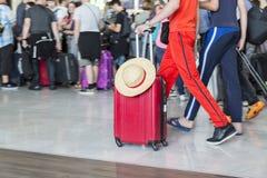 Carretilla con las maletas, mujer no identificada que camina en el aeropuerto, estación, Francia del equipaje del aeropuerto del  Imagen de archivo