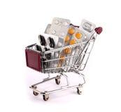 Carretilla de las compras con las píldoras Imágenes de archivo libres de regalías