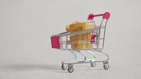 Carretilla de las compras con los pedazos de galletas Aislado en blanco almacen de metraje de vídeo