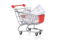 Carretilla de las compras con los recibos rodados Imagen de archivo