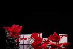 Carretilla de las compras con los regalos Día del `s de la tarjeta del día de San Valentín imágenes de archivo libres de regalías