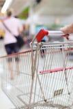 Carretilla de las compras en el movimiento Imagenes de archivo