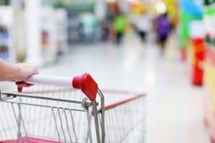 Carretilla de las compras en el movimiento Fotografía de archivo libre de regalías