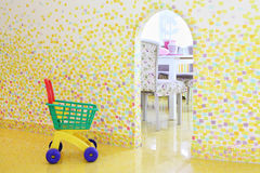 Carretilla de las compras en sitio de los niños en el café Anderson Fotografía de archivo libre de regalías