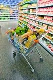 Carretilla de las compras en un supermercado Imágenes de archivo libres de regalías