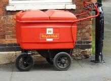 Carretilla de Royal Mail atada a posts en la calle Fotografía de archivo