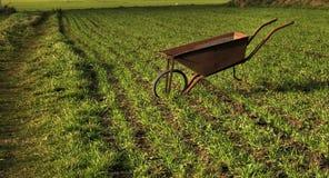 Carretilla de rueda abandonada Fotografía de archivo libre de regalías