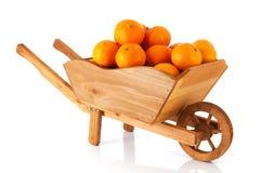 Carretilla de rueda con los mandarines Imagen de archivo libre de regalías