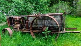 Carretilla de rueda vieja en tierra de la hierba Imágenes de archivo libres de regalías