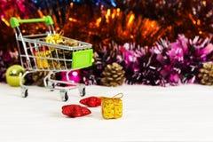 Carretilla del Año Nuevo con los juguetes de la Navidad Fotografía de archivo libre de regalías