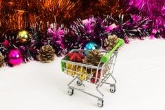 Carretilla del Año Nuevo con los juguetes de la Navidad Imagen de archivo libre de regalías