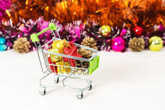 Carretilla del Año Nuevo con los juguetes de la Navidad Imágenes de archivo libres de regalías