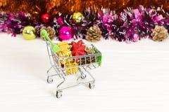 Carretilla del Año Nuevo con los juguetes de la Navidad Imagen de archivo