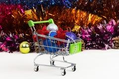 Carretilla del Año Nuevo con los juguetes de la Navidad Fotos de archivo libres de regalías