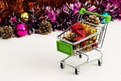 Carretilla del Año Nuevo con los juguetes de la Navidad Foto de archivo