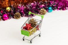 Carretilla del Año Nuevo con los juguetes de la Navidad Imagenes de archivo