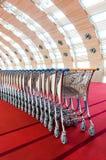 Carretilla del equipaje apilada junto en el aeropuerto Imagen de archivo libre de regalías