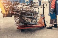 Carretilla elevadora amarilla Planta de tratamiento inútil Proceso tecnológico Reciclaje y almacenamiento de la basura para la di Foto de archivo libre de regalías