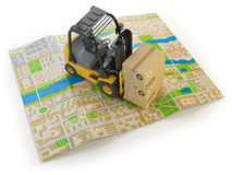 Carretilla elevadora con las cajas de cartón en el mapa de la ciudad en blanco Fotos de archivo libres de regalías