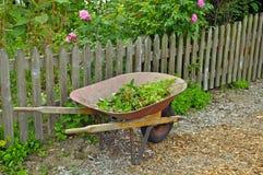 Carretilla en jardín Fotografía de archivo libre de regalías