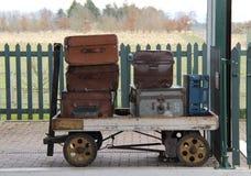 Carretilla ferroviaria del equipaje. Fotografía de archivo