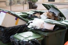 Carretilla llena de la papelera de reciclaje Fotografía de archivo