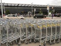 Carretilla o carro vacía del equipaje en el aeropuerto Imágenes de archivo libres de regalías