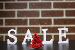 Carretilla para los productos en una venta del ` s del Año Nuevo del fondo de la pared de ladrillo Fotografía de archivo libre de regalías
