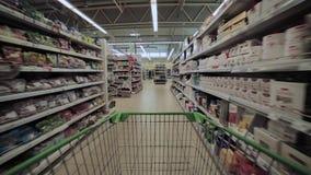Carretilla que hace compras del lapso de tiempo del supermercado que hace compras metrajes