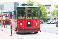 Carretilla roja en la parada de autobús en EASTON fotos de archivo libres de regalías