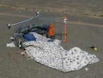 Carretilla sin hogar caida del supermercado Fotografía de archivo libre de regalías