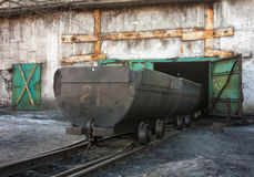 Carretilla vacía en yarda de la mina Imágenes de archivo libres de regalías