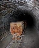 Carretilla vacía de la mina en minas Imágenes de archivo libres de regalías
