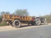 Carretilla y cosecha del tractor foto de archivo
