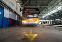 Carretilla y depósito y taller de autobús Fotografía de archivo