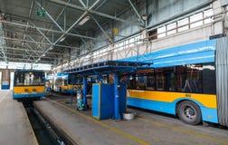 Carretilla y depósito y taller de autobús Imagenes de archivo