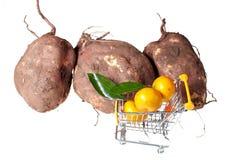 Carretilla y frutas de las compras Fotografía de archivo libre de regalías