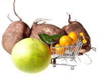 Carretilla y frutas de las compras Imagen de archivo