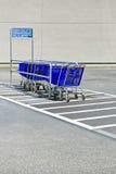 Carretillas de las compras en el parkin Imagen de archivo