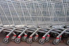 Carretillas del carro de la compra del supermercado Fotos de archivo