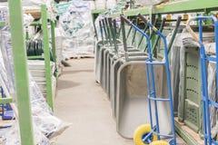 Carretillas del hierro en la tienda de la construcción Carretillas del hierro foto de archivo