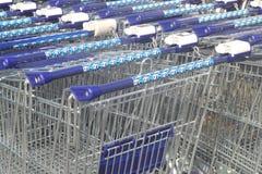Carretillas del supermercado de la cadena de supermercados Albe Imágenes de archivo libres de regalías
