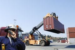 Carretillas elevadoras y trabajadores en la acción Fotografía de archivo libre de regalías