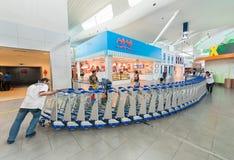 Carretillas en el aeropuerto de Kuala Lumpur Fotos de archivo libres de regalías
