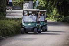 Carretti di golf parcheggiati vicino alla località di soggiorno fotografie stock